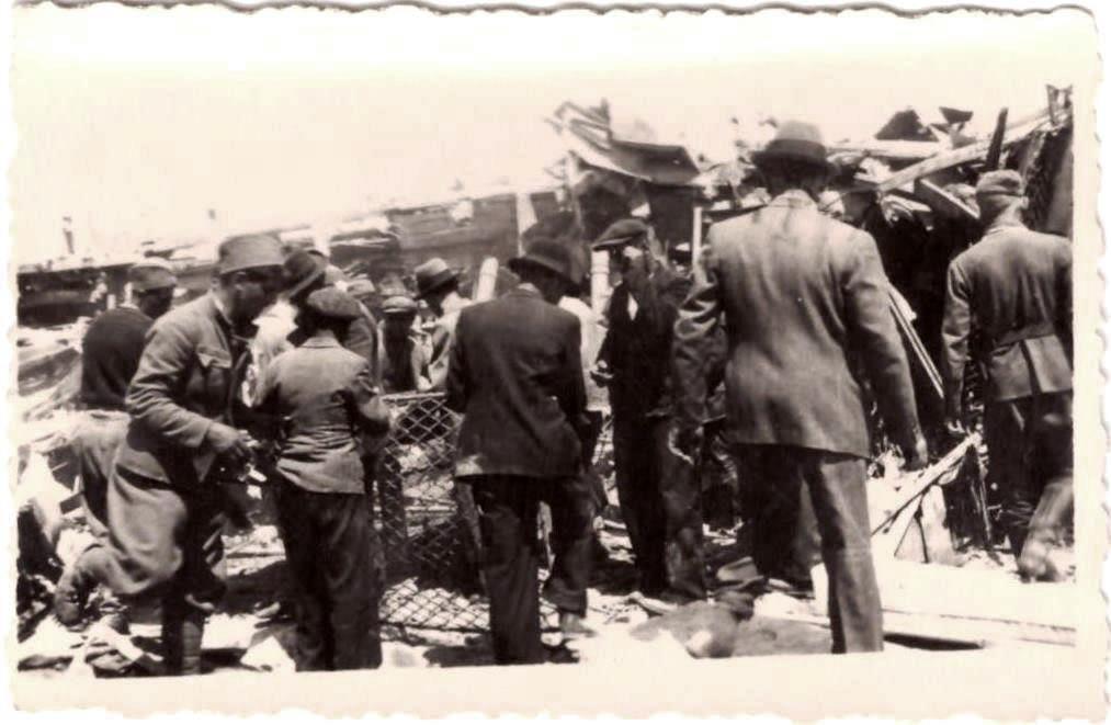 Građani, srpski zarobljenici i nemački vojnici u grozničavoj potrazi za preživelima u vozu neposredno nakon eksplozije. Iz autorove privatne kolekcije