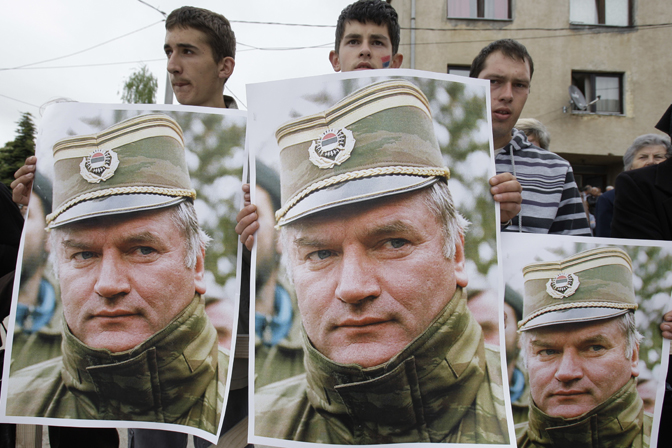 Младићи из Калиновика носе постере са ликом Ратка Младића (Фото БЕТА/АП)