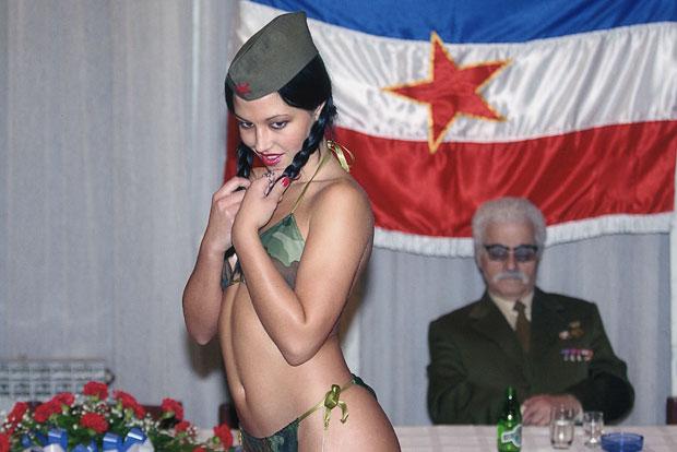 """ATRAKCIJA """"Titove pionirke"""" na proslavi Dana republike u Požarevcu 2005.,foto Z.Jovanović"""