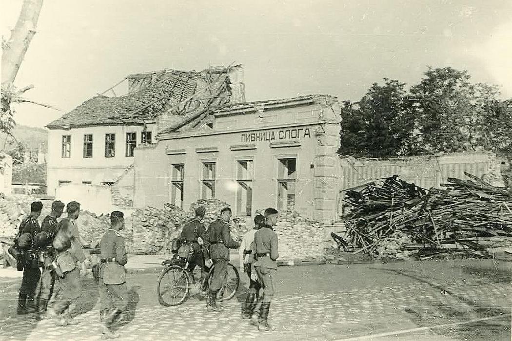 Nemački vojnici prolaze pored polurazrušene pivnice. Kolekcija Dušan Napijalo