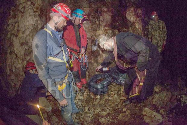 Speleolozi i sveštenik kraj pronađenih kostiju
