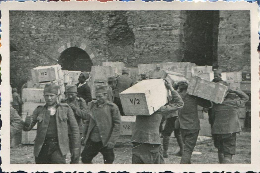 Pred eksploziju, srpski zarobljenici nose sanduke baruta. Kolekcija Dušana Napijala
