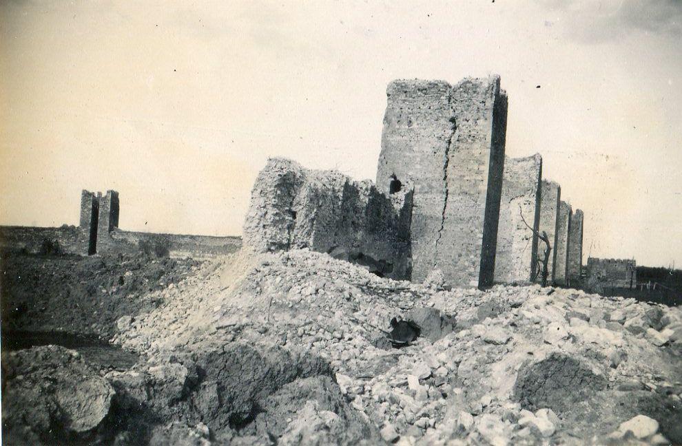 Razoreni masovni zidovi tvrdjave pored kratera. Kolekcija Dušana Napijala