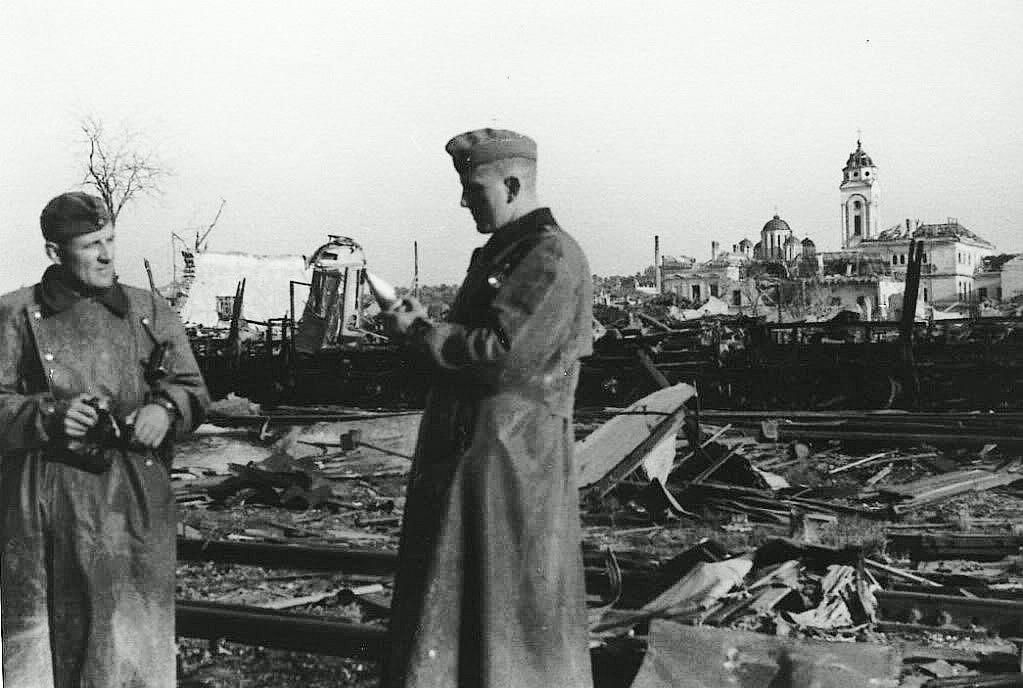 Vojnici Vermahta razgledaju mesto uništenja pored tvrđave. U daljini se vidi oštećena crkva. Kolekcija Dušan Napijalo