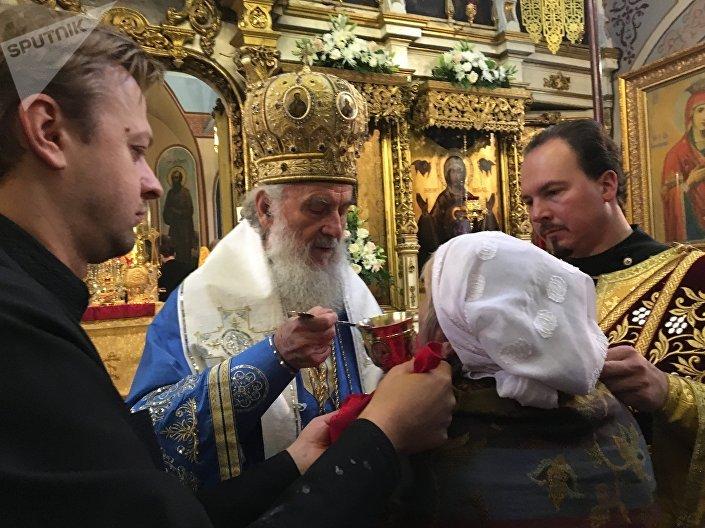 Patrijarh srpski Irinej i vladika Antonije pričestili su vernike u Crkvi apostola Petra i Pavla u Moskvi. © SPUTNIK/ OLIVERA IKODINOVIĆ