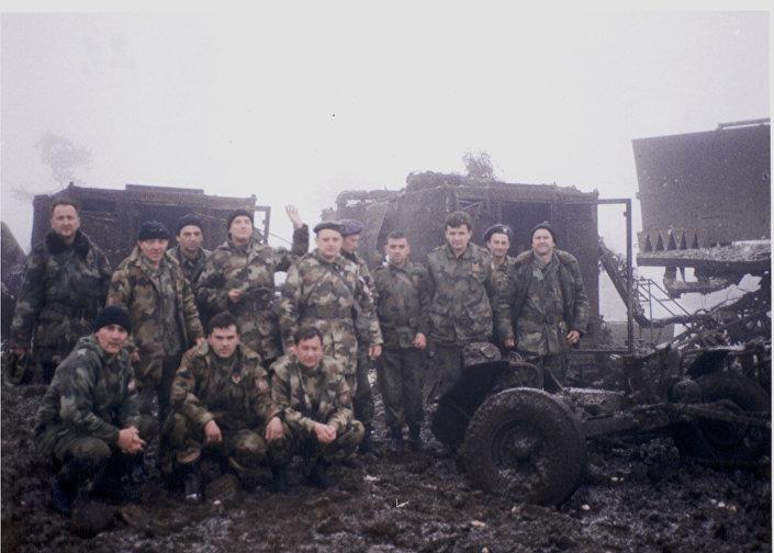"Komandir čete, kapetan Siniša Drakul sa svojim nepokolebljivim starešinama neposredno posle NATO dejstva na Torniku, 3. april 1999. godine. IZ KNjIGE ""NEBO NA DLANU"""