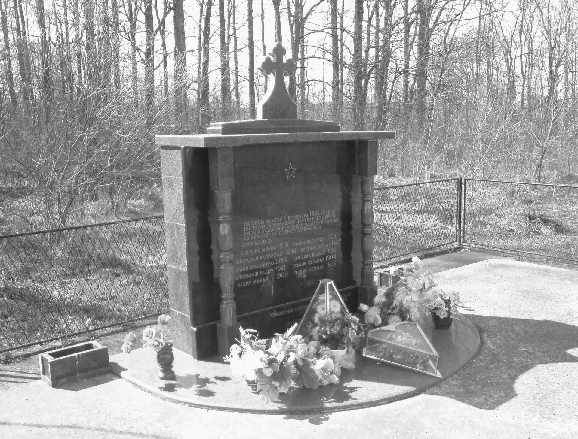 Spomenik ubijenim ustanicima i strijeljanim Štrbačanima kod Kainović mlina na rijeci Ukrini u Štrpcima. Kada je spomenik obnovljen, raniji postavljeni simboli nisu oskrnavljeni i uklonjeni.
