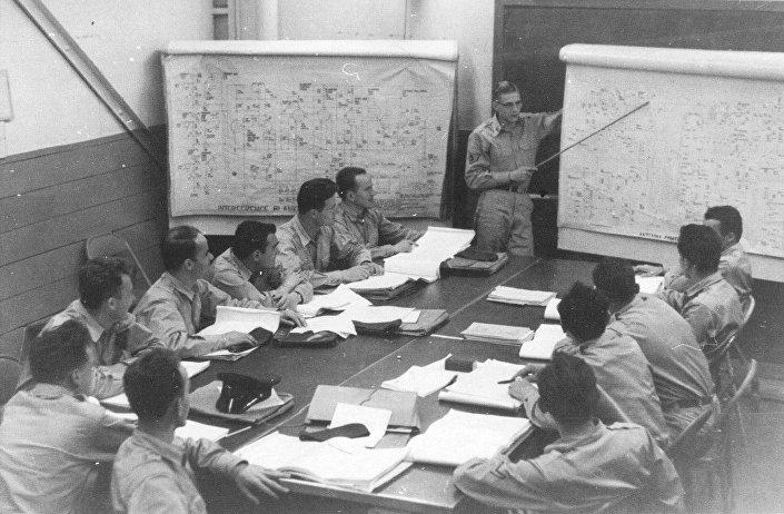 "Ohajo, 1955. godine — pripadnici VOJIN-a na kursu za radar AN/FPS-8. © FOTO: IZ KNjIGE ""NEBO NA DLANU"""