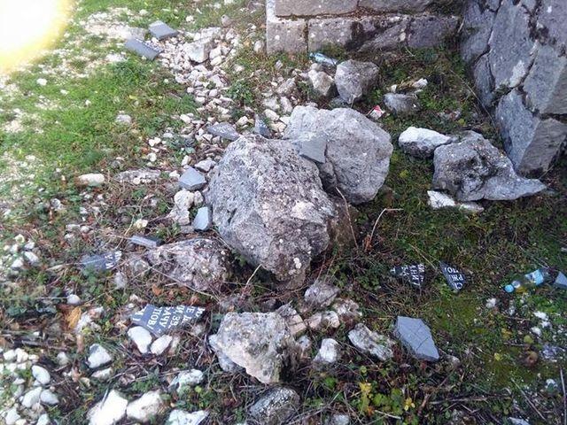 Nepoznata lica polomila su spomen-ploču u selu Kotezi u Popovom polju koja je posvećena žrtvama ustaškog terora.