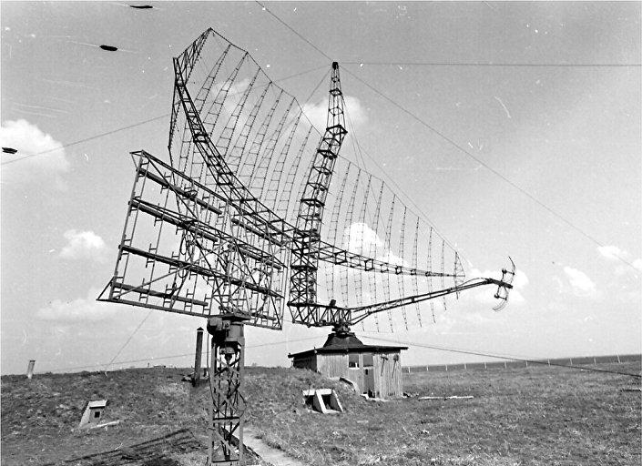 """Radar P-14 u Kačarevu — antena je na izgrađenom tornju, a ostatak aparature u objektu pod zemljom. © FOTO: IZ KNjIGE """"NEBO NA DLANU"""""""