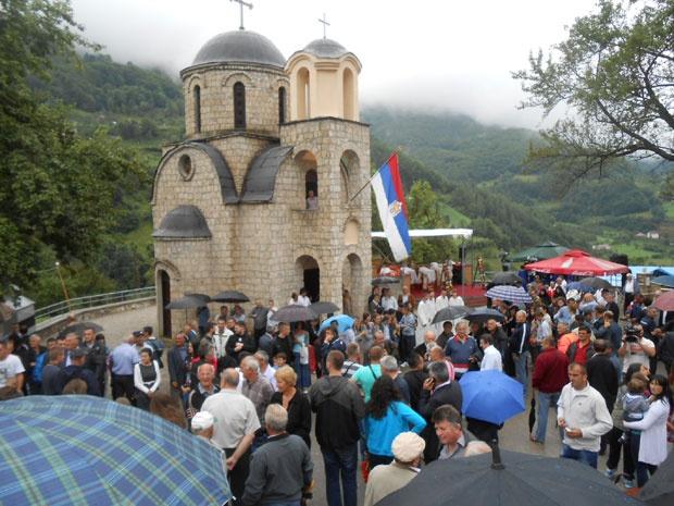 Veličani ispred Crkve Svetih mučenika Kirika i Julite, Foto: M. Sekulović