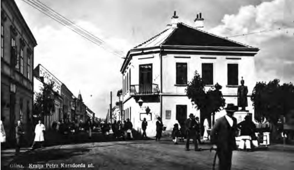 Fotografija Gline sredinom 1930-ih: pogled na Karlovačku ulicu (pravo) i zgradu Općine (desno)