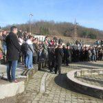 U crkvi Svetih apostola Petra i Pavla u Kravici kod Bratunca služen parastos za 158 srpskih civila i vojnika iz ovog mjesta i okolnih sela poginulih u posljednjem ratu, od kojih su 49 ubile muslimanske snage iz Srebrenice i bratunačkih sela na Božić, 7. januara 1993. godine.
