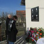 U Novom Selu kod Šamca danas je otkrivena i osveštana spomen-ploča za četiri poginula borca iz ovog mjesta i jednu civilnu žrtvu rata.