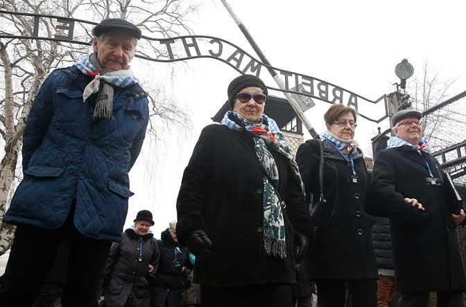 Preživeli ispred logora smrti Aušvic (Foto Beta/AP)