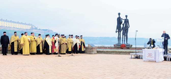 """Ispred spomenika """"Porodica"""", simbola stradanja 1.300 nevinih Novosađana - Jevreja, Srba, Roma, surovo ubijenih i bačenih pod led Dunava (Foto Grad Novi sad)"""