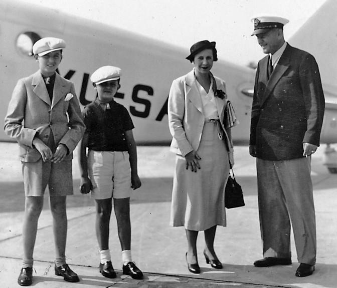 Milica Sondermajer, supruga Tadije Sondermajera, sa sinovima i Vladimirom Striževskim, šefom pilota (Fotografije iz privatne arhive porodice Sondermajer)