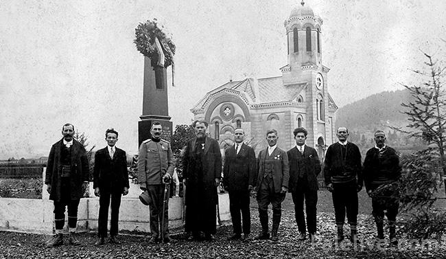 Odlikovani Paljani u Prvom svjetskom ratu ispred spomenika. Četvrti s lijeva na desno je sveštenik Simo Begović.