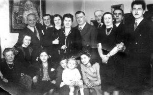 Sava Lozanić sa porodicom i prijateljima (Foto lična arhiva)