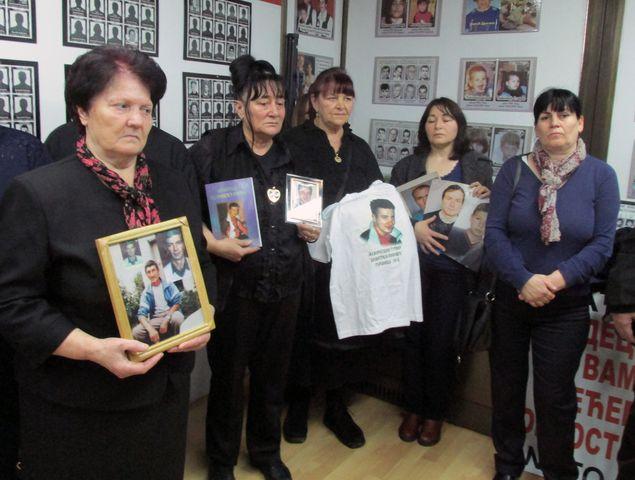 Удружење породица киднапованих и убијених на Косову и Метохији је данас, на десету годишњицу проглашења косовске независности, обиљежило 20 година од почетка убијања и отмица Срба на Косову и Метохији захтијевајући правду за српске жртве.