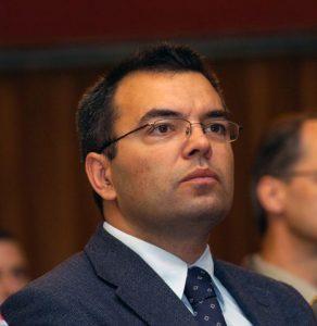 """Istoričar Bojan Dimitrijević izjavio je da dokumentacija, koju je koristio prilikom naučnog pisanja biografije """"Komandant"""" o generalu Ratku Mladiću, prije svega ona iz baze Haškog tribunala, Mladića abolira od događaja u Srebrenici u julu 1995. godine."""