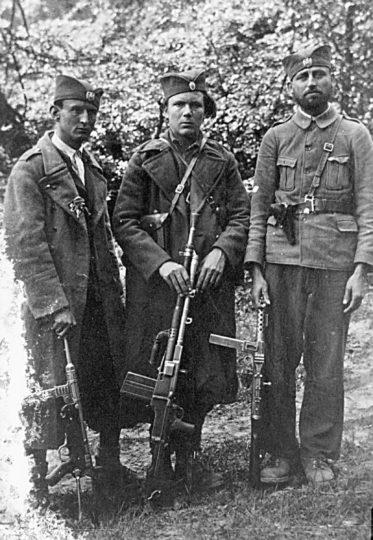 Четници Мотајичке бригаде. С лева на десно: Петар Матијаш (погинуо 1944. у борби против усташа), Милан Мићић (из Босанског Грахова, погинуо августа 1945) и непознати из Србца