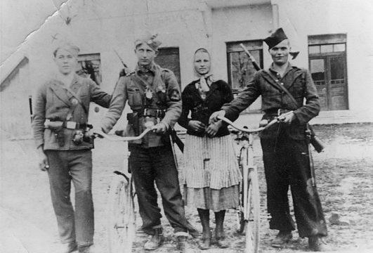 Četnici Motajičke brigade. Prvi s leva je Ostoja Majstorović iz s. Jurkovica kod Srbca (poginuo je 19. avgusta 1945), a prvi s desna je Hrvat Jozo Matković iz s. Povelič kod Srbca, četnik od 1941. do 1945.