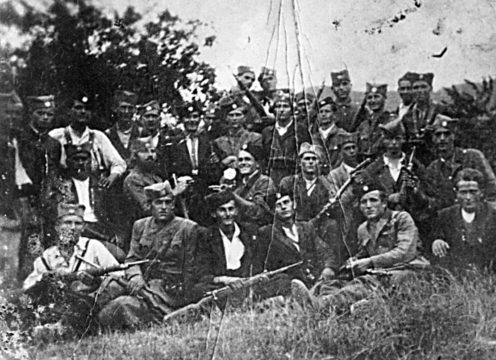Četnici Motajičke brigade. U sredini, s bradom, je Mirko Filipović. Sedi drugi s leva, Veljko Marčetić