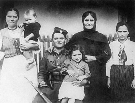 Četnik Motajičke brigade Milovan Kovačević iz Ilove sa porodicom