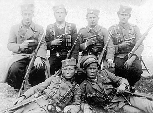 Četnici Motajičke brigade. S leva na desno, sede: Nepoznati, Stojan Bilanović iz Srbca, Stojan Vortić iz Sitneša i Mićo Grubišić iz Bajinaca. Leže Mile Kusić i Rade Barašin