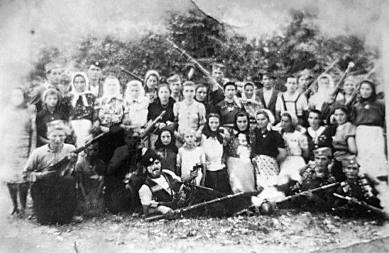 Четници Мотајичке бригаде. Сликано на Клепалу у Ситнешима 1944. године. Лежи са пиштољем Саво Цвијановић, први с десна лежи Душан Анчић