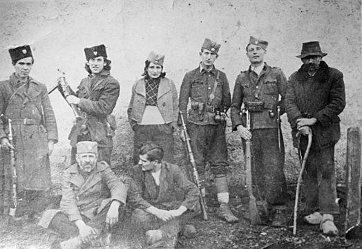 Četnici Motajičke brigade. Drugi s leva stoji Veljko Marčetić, a prvi s lijeva sedi Ranko Pejaković, prvi s desna stoji Toda Stojković iz Selo Srpca, a do njega Mile Rakić iz Selo Srpca