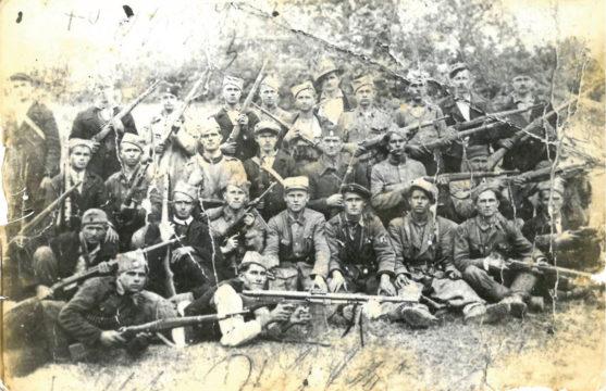"Kokorska četa Banjalučke brigade ""Kralj Petar Prvi"", na Vidovdan 1943. godine. Gornji red (s leva na desno): 6. po redu Malešević Milutin (s. Čivčije). 8. po redu Živković Živko (s. Vršani) i 10. po redu Živković Rajko (s. Vršani). Civil u sredini (sa šeširem) Pero Vujasinović (s. Kokori). Srednji red (s leva na desno): 4. po redu Malešević Savko (s. Čivčije). Donji red čuči treći s leva Vrhovac Živko, komadnant čete. Slikano na Vidovdan u s. Jošavka (rodno mesto Rade Radića i glavna četnička komanda za taj deo Bosne)."