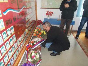 Polaganjem cvijeća i prisluživanjem svijeća u Spomen-sobi za poginule borce, u opštini Kotor Varoš danas je obilježen Dan boraca odbrambeno-otadžbinskog rata i Dan Boračke organizacije Republike Srpske.