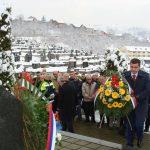 Nakon parastosa brojne delegacije položile su cvijeće na spomen-obilježje masovne grobnice u pravoslavnom groblju.
