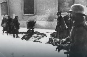 Leševi pobijenih civila leže nasred Futošle ulice Foto: Wikipedia / RAS Srbija