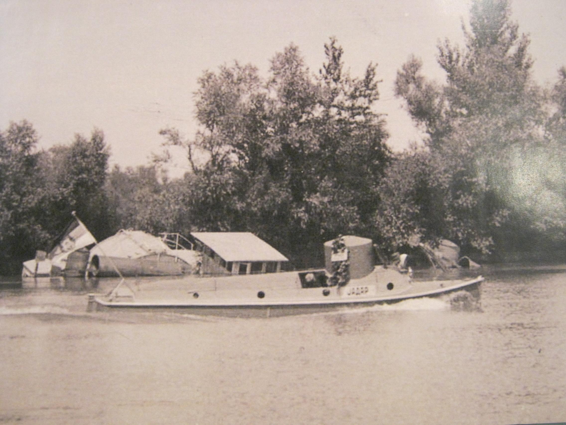 Oklopljeni čamac «Jadar» u plovidbi pored Ade Ciganlije