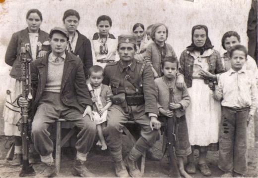 Радован Ковачевић Тица из Горње Илове, командир чете у 1. батаљону Мотајичке бригаде, са својом породицом