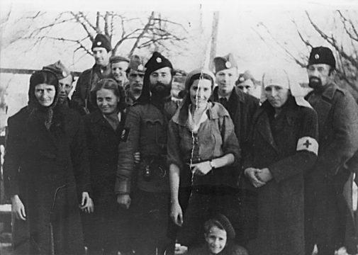Rezervni narednik Čuković sa bolničarkama