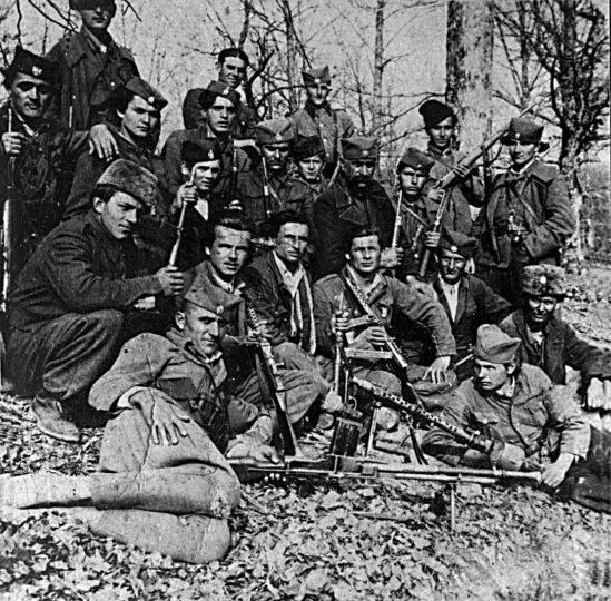 Četnici Motajičke brigade. Stoje: Milivoj Gecić iz Slavonskog Kobaša, Nikola Banović (gologlav, iz S. Kobaša), nepoznati, Radivoj Knežević (iz s. Brusnik) i Dušan Šarčević (iz s. Brusnik). Kleče, s leva na desno: Bogoljub Vujanović (iz d. Lepenice, izvršio samoubistvo 18. decembra 1949, kada je bio opkoljen; prethodno likvidirao kapetana Udbe), Drago Novaković (iz s. Kaoci), Bogoljub Stojković (iz D. Lepenice, poginuo na Novu 1950. godinu), nepoznati, nepoznato dete, Simo Rodić iz Drvara i Đorđe Damjanović iz Omarske. Čuči levo, Božo Dragosavljević. Sede s leva na desno: Nepoznati, komandant 3. jurišnog bataljona Boško Stojković (iz D. Lepenice, poginuo 1947), komandir čete Stojan Vortić (iz s. Sitneši, poginuo 1946), Sveto Vučinić i nepoznati. Leži levo, Stevo Rodić (Simin sin), leži desno Ostoja Mikić (iz Kaoca)