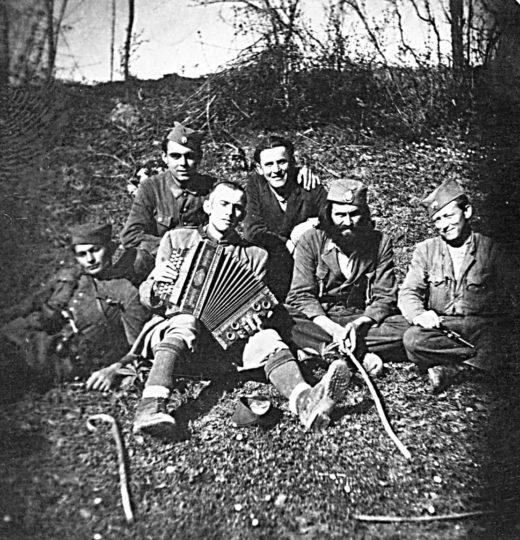 S bradom je Nikola Forkapa iz s. Medari kod Okučana, pre rata na radu u Argentini, uoči rata otvorio radnju u Srbcu. U početku rata bio je komandant Motajičkog četničkog odreda, a potom pomoćnik komandanta Srednjobosanskog korpusa Lazara Tešanovića, u činu poručnika