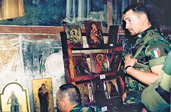 Italijanski vojnici Kfora u Pećkoj patrijaršiji (Foto: A. Pavlović)