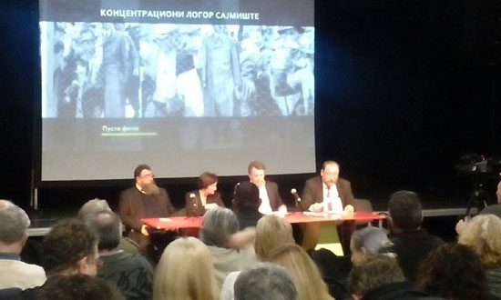 Sa obraćanja pred projekciju filma o Sajmištu. S leva na desno: Dragomir Acković, Branka Džidžić, Veljko Đurić Mišina i Laslo Puškaš (Foto: Stanje stvari)