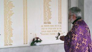 U porti Manastira Svete Petke u Bijeljini danas je parastosom palim borcima i poginulim civilima odbrambeno-otadžbinskog rata, polaganjem vijenaca ispred spomen-ploča na kojima su zlatnim slovima uklesana njihova imena, te kulturno-duhovnim programom obilježeno 22 godine od egzodusa Srba iz Sarajeva.