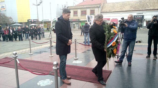 Predstavnici  Gradske uprave Bijeljina položili vijenac na spomenik borcima palim u odbrambeno-otadžbinskom ratu u znak sjećanja na stradale civile i borce koji su branili Teočak.
