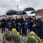 U Brčanskom naselju Grbavica služen je parastos, tepoloženi vijenci i zapaljene svijeće za 13 pripadnika Vojske Republike Srpske iz ovog mjesta, koje su pripadnici muslimanskih vojnih formacija zarobili su, mučili i masakrirali.