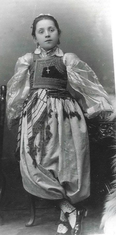 Umesto Desanka Desa Dimitrijević, srpska devojčica, kćerka prote Steve Dimitrijevića, šiptari napisali: Albanian catholic girl from Prizren (Kosovo) in festive costume, late 19 h century