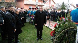 Dodik polaže vence na spomen-ploču - Foto Vid Blagojević