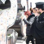 """Povodom 14 godina od martovskog pogroma u manastiru Gračanica služen je parastos za sve stradale, te su položene bijele ruže na umjetničku instalaciju """"Mising"""", spomeniku žrtvama."""
