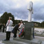 Savjetnik predsjednika Republike Srpske Miladin Dragičević položio vijenac na centralni krst u Vojničkom spomen-groblju na Sokocu, povodom obilježavanja 22 godine od egzodusa oko 150.000 Srba iz Sarajeva i okolnih opština.